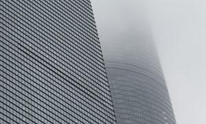 雾气笼罩中的高楼大厦摄影高清图片