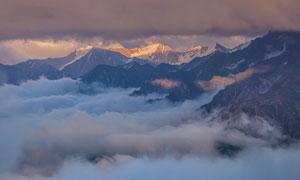 云海与连绵的雪山风光摄影高清图片
