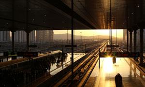 黄昏霞光中的车站逆光摄影高清图片