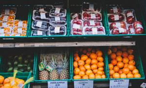 超市货架上陈列的水果摄影图片