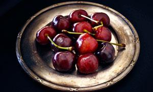 盘子中洗干净的樱桃摄影图片
