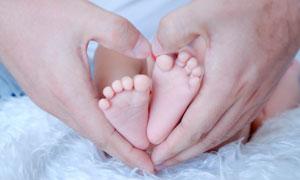 心形手勢中的小腳丫特寫攝影圖片