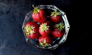 果盘中的草莓特写摄影图片