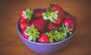 碗中新鲜的草莓特写摄影图片