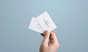 手中的名片展示效果样机分层源文件