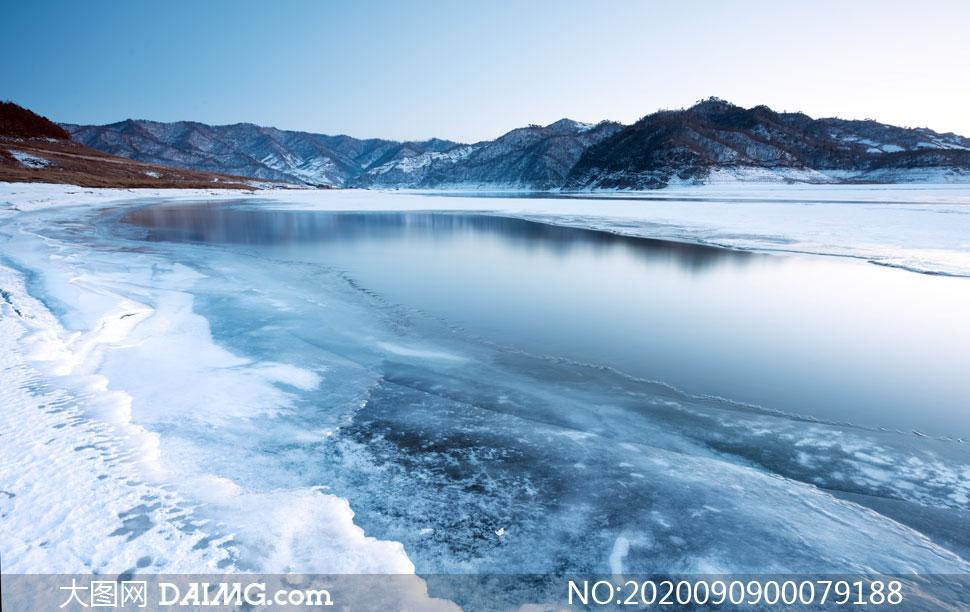 冬季湖边冰冻景观高清摄影图片