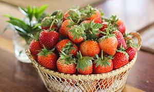 篮子里的新鲜草莓摄影图片