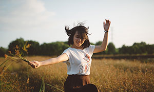 在花園中開心起舞的美女攝影圖片