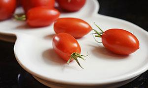 盘子中的小西红柿特写摄影图片
