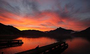 傍晚湖边金色彩云美景摄影图片