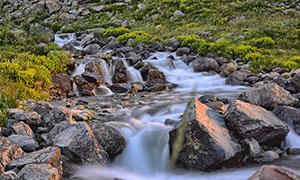 田园岩石中的小溪流水摄影图片