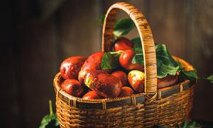 篮子中盛放的大红枣摄影图片