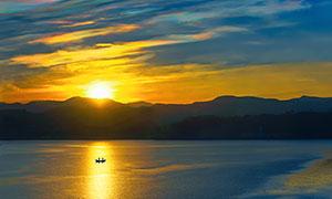 傍晚湖中的小舟高清摄影图片