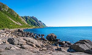 蓝天下美丽的海边风景摄影图片