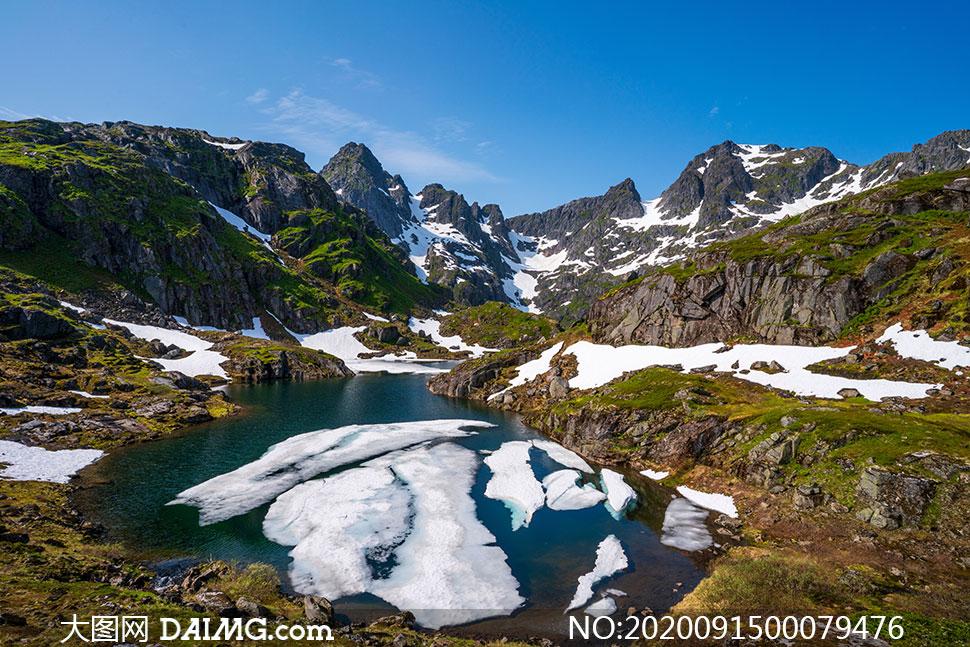 雪后蓝天下的山顶风光摄影图片