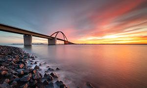 傍晚海邊美麗的跨海大橋攝影圖片