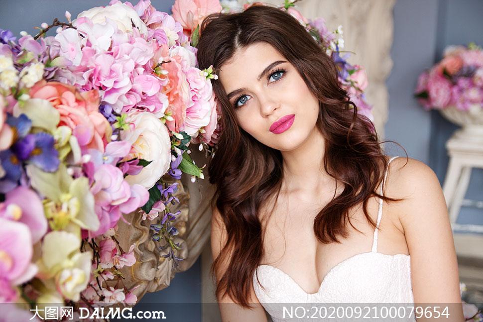靠在花壇上的性感美女高清攝影圖片