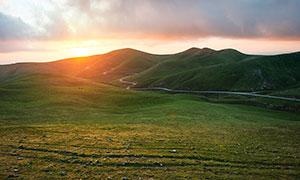 夕阳下美丽的草原高清摄影图片
