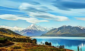 雪山脚下美丽的湖泊高清摄影图片