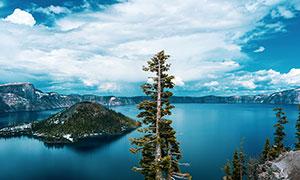 雪后美丽的蓝色湖泊景观摄影图片