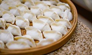 筛子里的饺子特写高清摄影图片