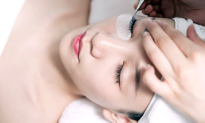 在美容院做眼部护理的美女摄影图片