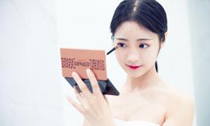正在化妆的清纯美女高清摄影图片