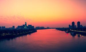 傍晚美丽的城市和河流摄影图片