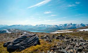 雪后山顶美景和山中湖泊摄影图片