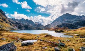 大山之中美麗的湖泊景觀攝影圖片