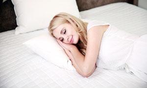 雙手疊著當枕頭的美女熟睡攝影圖片