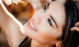 仰著頭的美女頭像特寫攝影圖片
