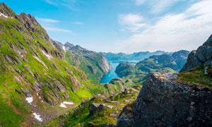 山谷之中的藍色湖泊攝影圖片
