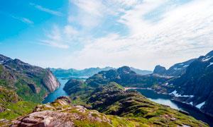 藍天下山谷中的湖泊攝影圖片