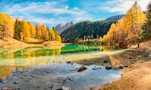 秋季山林中的湖泊美景高清攝影圖片
