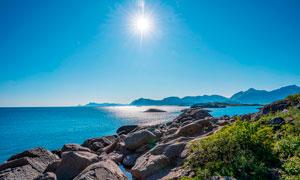 陽光下的海邊風光美景攝影圖片