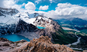 藍天白云下的雪山和湖泊攝影圖片
