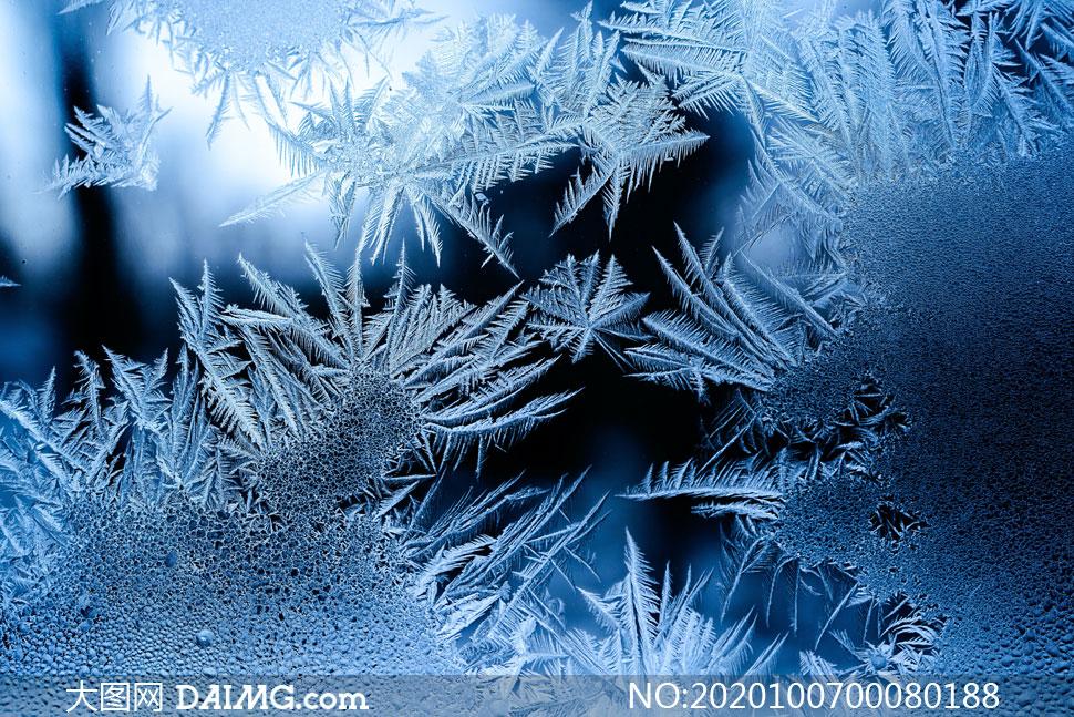 冬季玻璃上的冰霜效果摄影图片