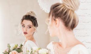 坐在镜子前的白纱新娘摄影高清图片