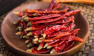 木盘中的红辣椒高清摄影图片