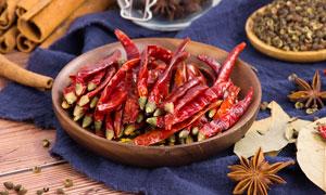 木盘中的干红辣椒高清摄影图片