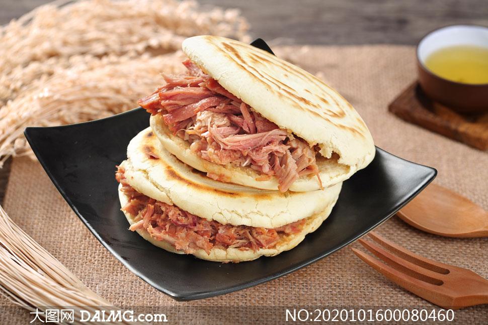 盤子中的肉夾饃美食攝影圖片