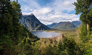 大山之中的湖泊风景高清摄影图片