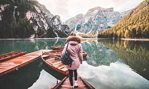 山中湖边码头停泊的小舟摄影图片