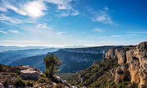 蓝天下的山川景观高清摄影图片