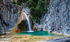 山间的小溪瀑布和水潭摄影图片