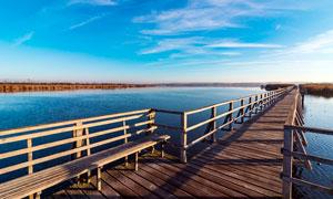 湖泊上的木桥高清摄影图片