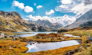 大山之中的湖泊美景摄影图片