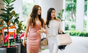 两个购物美女高清摄影图片
