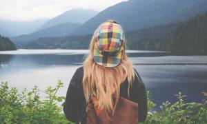 站在湖边看风景的金发美女摄影图片